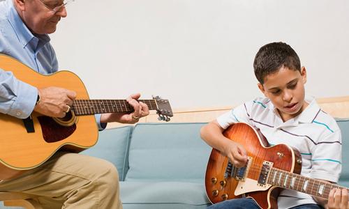 преподаватель и ученик на гитаре